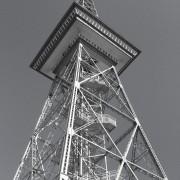 Berliner Funkturm grau in grau