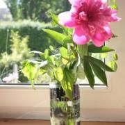Blumenvase verziert mit Klebeband