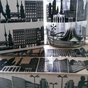 Vasen und Kartons verziert mit Tape Art