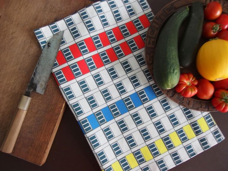 Rot- blau - gelb - schönes Geschirrtuch mit Fassaden Textildesign