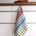 Ein Geschirrtuch wie ein Instgram Foto: die coole Plattenbaufassade ist als Küchentuch sehr dekorativ