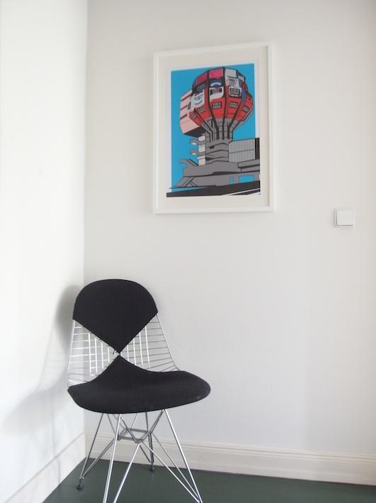 Bierpinsel Poster und Eames Stuhl
