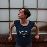 """cooles, dunkelblaues Berlin Shirt aus Bambus mit dem Aufdruck """"United Forever"""" in matitinem Stil"""