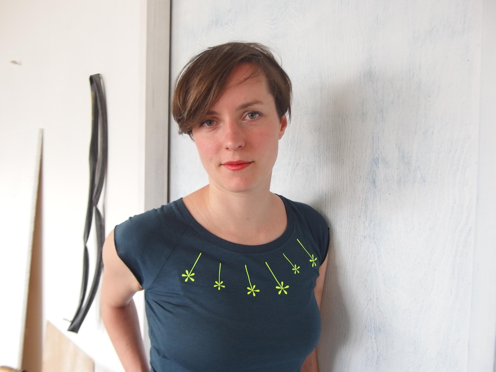 graublaues Bambus T-shirt im Raglanschnitt und floralem Neon Print