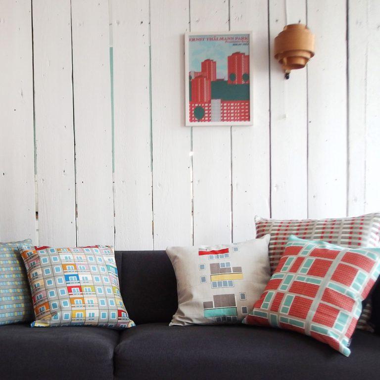Berliner Interieur Sofa grau mit Kissen
