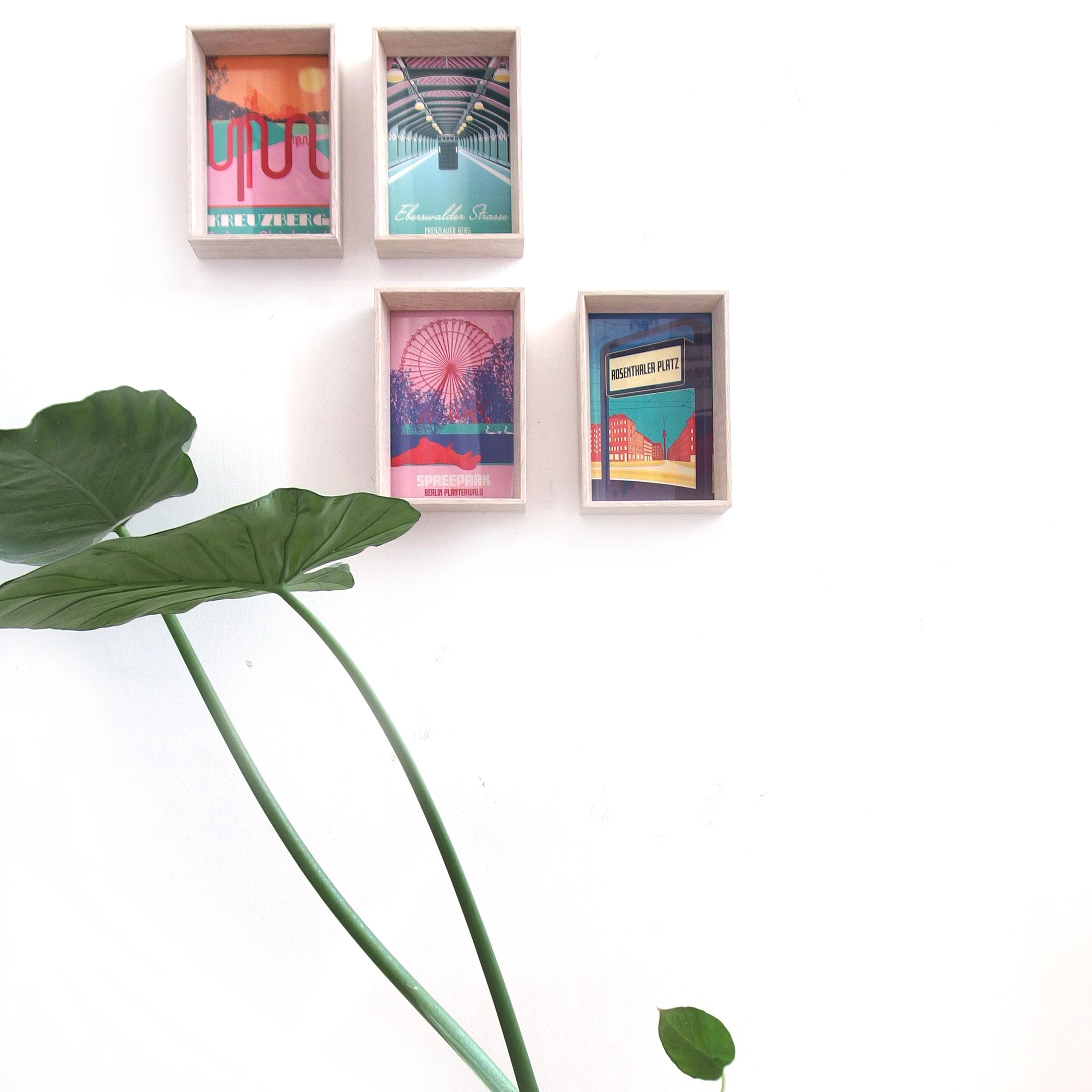Deko mit Postkarten im Rahmen