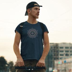 Mann Berlin TXL Shirt blau grau zur Seite schauend