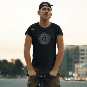 Mann Berlin TXL Shirt schwarz auf Strasse