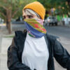 Frau mit Berlin Maske und Schal