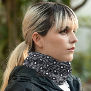 blonde Frau mit Schlauchschal Halstuch schwarz weiß