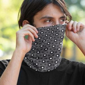 Mann mit Schlauchschal als Maske